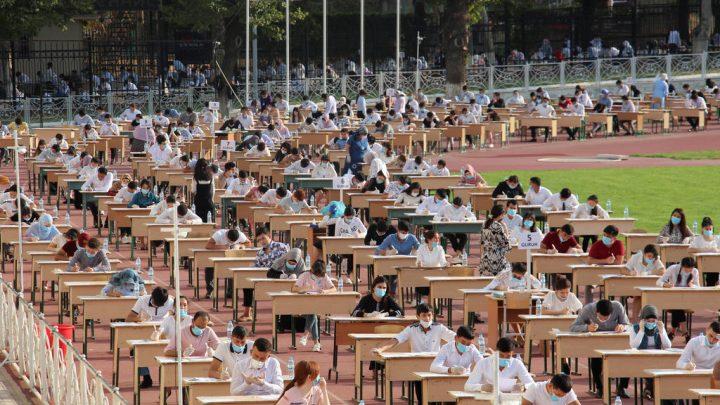 Milhares de estudantes fazem vestibular ao ar livre no Uzbequistão para evitar o covid-19